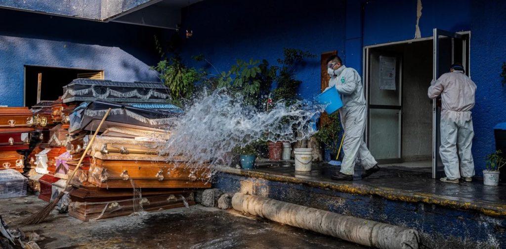 Un grupo de trabajadores sanitarios higienizan un cementerio en la Ciudad de México (Daniel Berehulak/The New York Times).